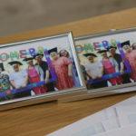 Pamiątkowe ramki ze zdjęciami z komersu.