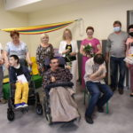 JEdna z grup RW wraz z rodzicami, pracownikami szkoły podczas uroczystego zakończenia roku terapeutycznego.