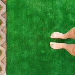 """Bose stopy oraz fragment ścieżki sensorycznej """" sztuczna trawa""""."""