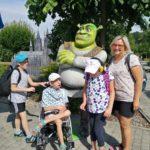 Ekipa uczestników półkolonii pozująca z figurą Shreka.