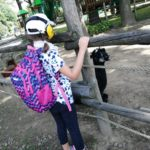 Uczennica obserwująca alpakę w zagrodzie.