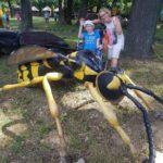Podopieczna wraz z nauczycielem pozująca z figurą pszczoły.