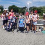 Zdjęcie ekipy uczestników półkolonii, na tle fontanny.