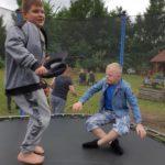 Uczniowei skaczący na batucie.
