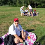 Uczestnicy półkolonii podczas pikniku na polanie w parku.