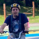 Uczeń na rowerze trójkołowym.