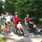 Uczestnicy półkolonii podczas spaceru w parku.