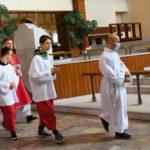 Ministranci Szkoły Życia podcza rozpoczęciaw ramach jednej ze szkolnych Mszy św.