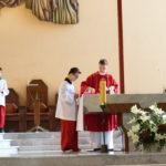 Ministranci Szkoły Życia w trakcie posługiwania w ramach jednej ze szkolnych Mszy św.