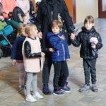 Przedszkolaki wraz z pomoca wychowawcy podczas ceremonii błogosławieństwa w ramach Mszy św.
