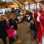 Pierwszaki podczas ceremonii poświęcenia placaków w ramach Mszy na rozpoczęcie nowego roku szkolno - katechetycznego.
