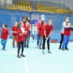 Ekipa Młodych sportowców podczas rozgrzewki.