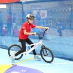 Młody sportowiec podczas aktywności jazdy na rowerze biegowym.