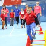 Młody sportowiec podczas aktywności przekraczania przeszkód.