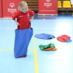 Młody sportowiec podczas wykonania zadania skok w worku.