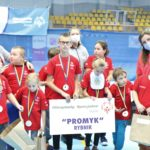 Ekipa Młodych Sportowców Kos Promyk Rybnik podczas Ceremonii Otwarcia Śląskiego Dnia Młodych Sportowców. w Żorach