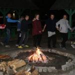 """Uczestnicy imprezy """"Bądź fit"""" w trakcie zabawy mzuzyczno - ruhcowej przy ognisku."""