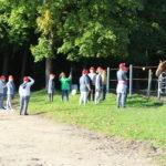 Uczestnicy wyjazdu na pikniku FIT Olimpiad Specjalnych podczas obserwacji konia na wybiegu.