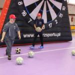 """uczestnicy zajęć """"Bądź fit"""" podczas aktywności z zakresu piłki nożnej."""
