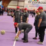 Uczestnicy imprezy bądź fit podczas aktywności z piłkami.