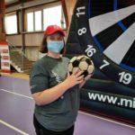 Podopieczna trzymająca piłkę, w tle mega tarcza do treningu celności rzutu.